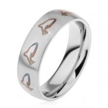 Matný prsteň z chirurgickej ocele, hnedočierne kontúry delfínov, 6 mm