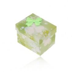 Šperky eshop - Zeleno-biela krabička na prsteň alebo náušnice, potlač trojlístkov, mašlička Y07.07
