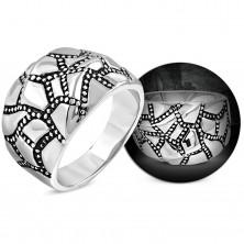 Mohutný oceľový prsteň striebornej farby, zvlnený povrch, patinované pásy