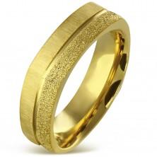 Hranatý prsteň z chirurgickej ocele zlatej farby - pieskovaný a saténový pás, 7 mm