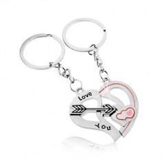 Šperky eshop - Oceľové kľúčenky pre dvojicu, strieborná farba, dve polovice srdca, šíp, nápis Z46.09