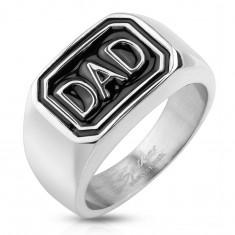 Prsteň z ocele 316L striebornej farby, čierny obdĺžnik s nápisom DAD