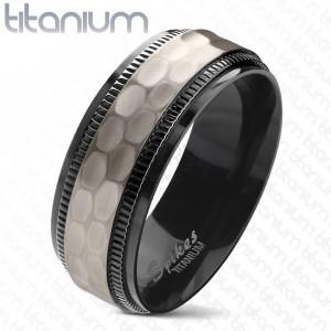 Titánová obrúčka, čierne vrúbkované okraje, brúsený matný stredový pás, 8 mm