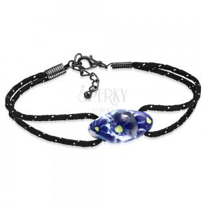 Náramok z čiernej šnúrky a oválnej FIMO korálky, modré kvety