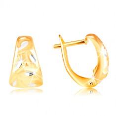 Šperky eshop - Zlaté 14K náušnice - matný zaoblený trojuholník s lístkami z bieleho zlata GG217.23