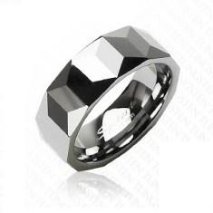 Volfrámový prsteň striebornej farby, geometricky brúsený povrch, 8 mm