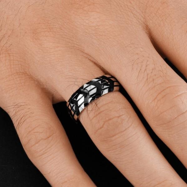 ... Prsteň z chirurgickej ocele so vzorom čiernych šípok f787132c6a9