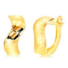 Šperky eshop - Náušnice zo žltého zlata 585 - zvlnený pás, lesklé vybrúsené plôšky GG218.36