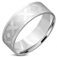 """Šperky eshop - Obrúčka striebornej farby z chirurgickej ocele - motív """"X"""", kosoštvorce, 8 mm L08.05 - Veľkosť: 55 mm"""