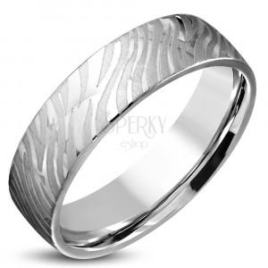 Lesklý oceľový prsteň striebornej farby - matný motív zebry, 6 mm