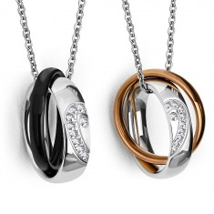 Šperky eshop - Dva oceľové prívesky - lesklé obrúčky s rozpoleným srdcom, užšie farebné prstene AA27.19