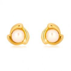 Šperky eshop - Náušnice zo žltého zlata 375 - slzičkový trojuholník a sladkovodná perla, puzetky GG39.33