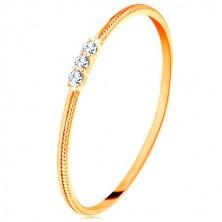 Prsteň zo žltého 9K zlata - tenké ramená s vrúbkami, tri číre zirkóniky