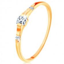 Zlatý prsteň 375 - tri číre zirkónové štvorčeky, lesklé a hladké ramená