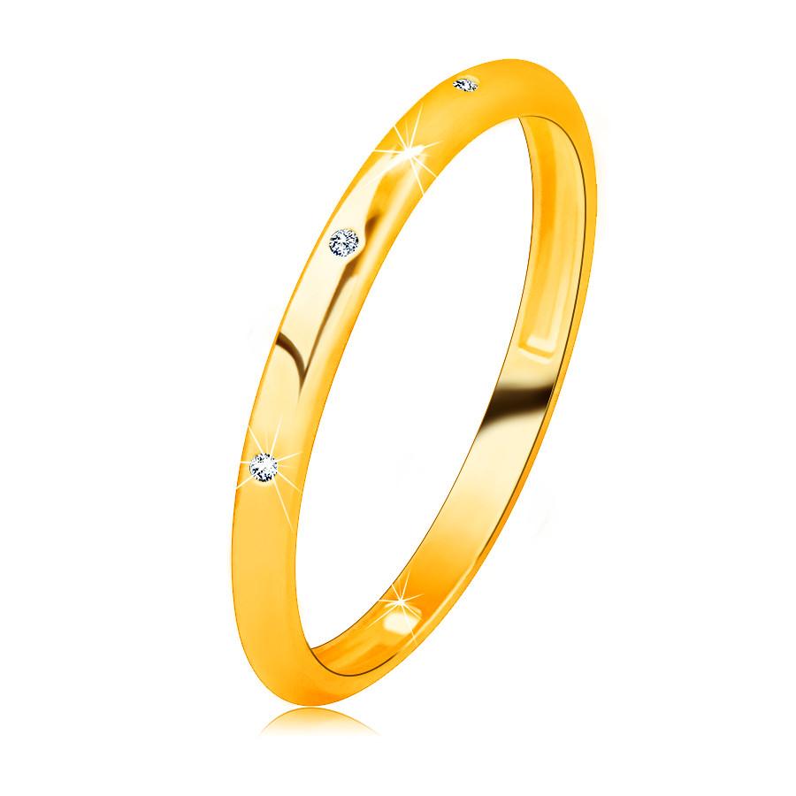 Zlatá obrúčka zo 14K zlata - tri zirkóniky čírej farby, zrkadlovolesklý a hladký povrch - Veľkosť: 51 mm
