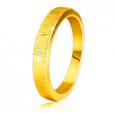 Diamantový prsteň zo žltého 14K zlata - jemné ozdobné zárezy, číry briliant, 1,5 mm
