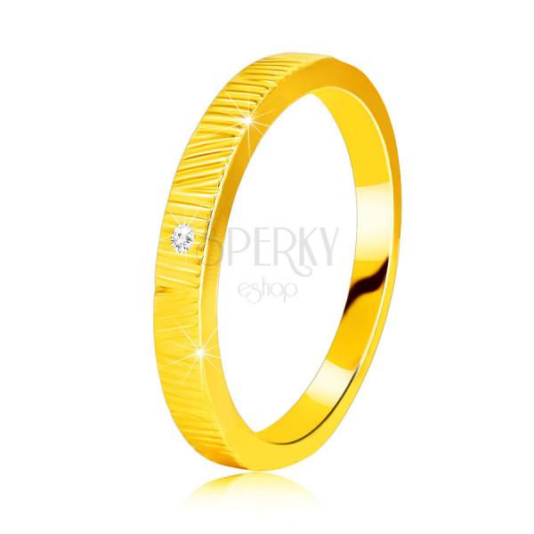 Diamantový prsteň zo žltého 14K zlata - jemné ozdobné zárezy, číry briliant, 1,3 mm