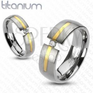 Titánový prsteň striebornej farby - prúžok zlatej farby, zirkón