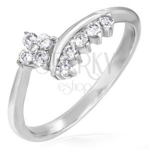 Jemný zásnubný prsteň - zirkónový kvietok a lemovanie