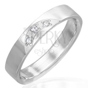Lesklý prsteň z ocele - tri vsadené číre zirkóny
