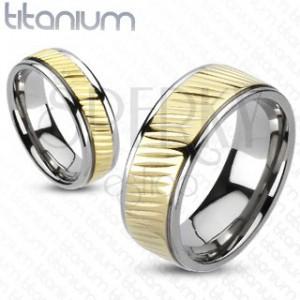 Obrúčka z titánu - pás zlatej farby s diagonálnym vrúbkovaním