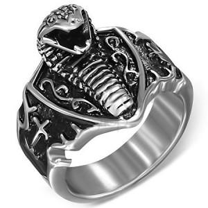 d768e9741 Prsteň z ocele - útočiaca kobra na štíte | Šperky Eshop