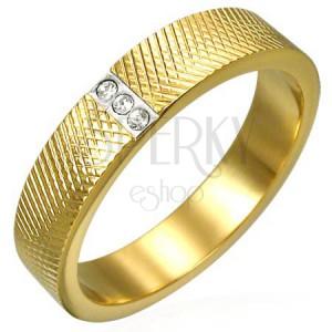 Oceľový prsteň zlatej farby - hustý gravírovaný vzor, tri zirkóny