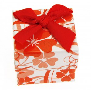 Darčeková krabička s červenými kvetmi a mašľou - na prsteň, náušnice