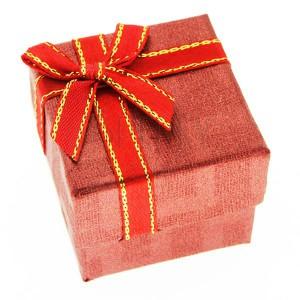 Krabička na prsteň - červená kocka, dvojfarebná stuha