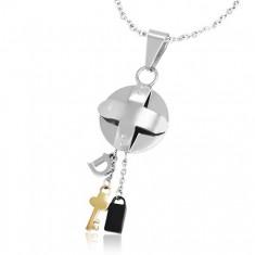 Šperky eshop - Oceľový trojfarebný prívesok - medajlón s krížom a malé prívesky Z22.14