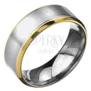 Prsteň z titánu - matný pás striebornej farby s vrúbkami a lem zlatej farby
