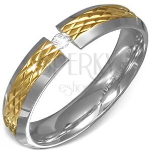 Prsteň z ocele - vrúbkovaný pás zlatej farby, okraje striebornej farby a číry kameň