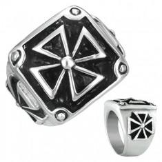 Šperky eshop - Pečatný prsteň z ocele - maltézsky kríž v ráme s patinou E9.1 - Veľkosť: 54 mm