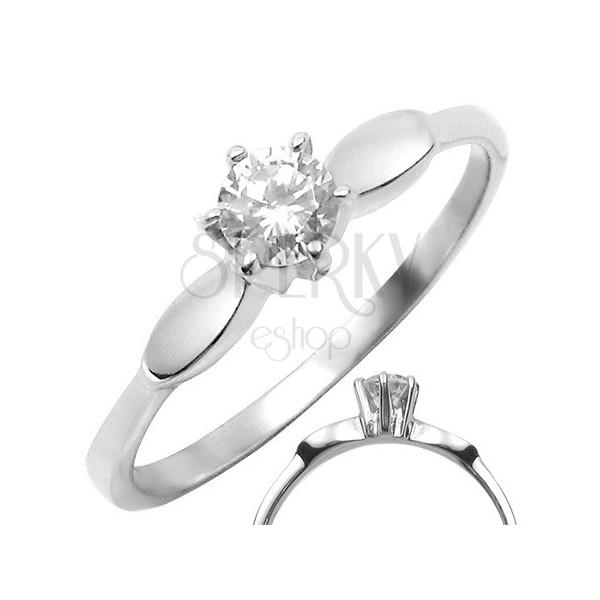 Oceľový prsteň s čírym vystúpeným zirkónom s oválmi po stranách