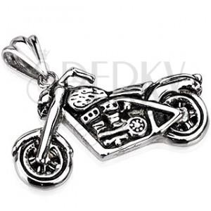 Oceľový prívesok - patinovaná motorka v striebornej farbe